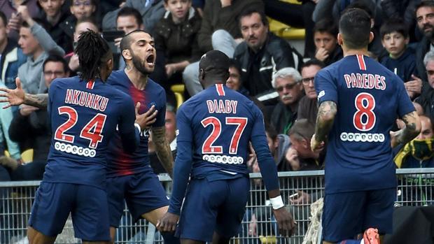 Alves celebra un gol del PSG