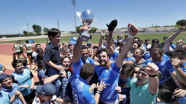 Los jugadores y aficionados del Ciencias Fundación Cajasol celebran el ascenso a División de Honor