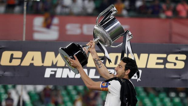 Pareja con la Copa del Rey ganada por el Valencia