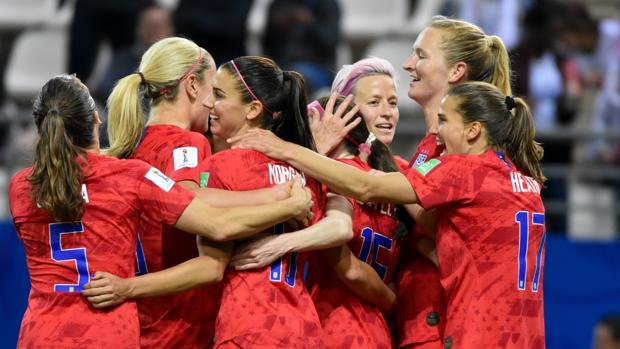 Estados Unidos celebrando uno de los goles frente a Tailandia