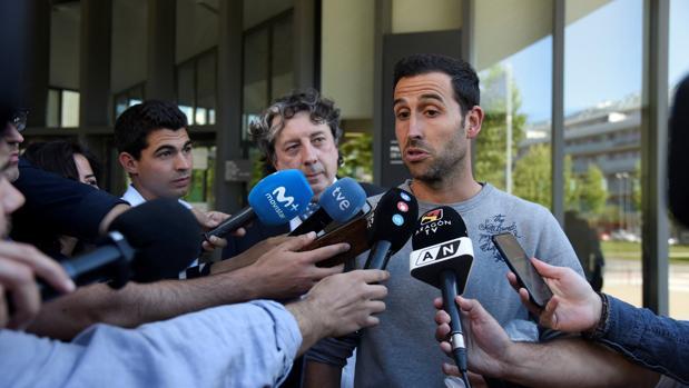 Íñigo López atiende a los medios tras su puesta en libertad tras su detención