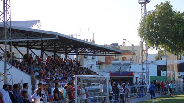 Aficionados viendo el Trebujena-Chiclana el pasado domingo.