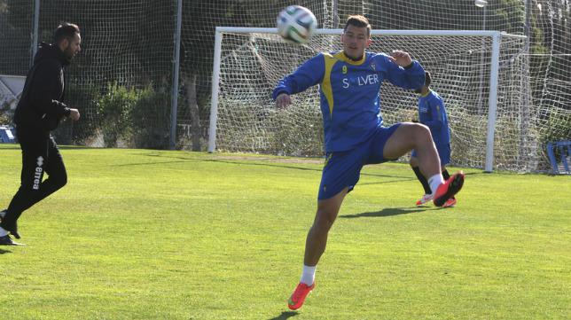 Airam controla un balón durante un entrenamiento en El Rosal