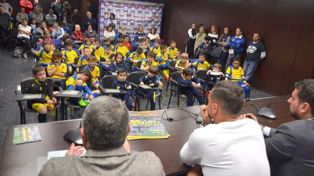 Airam Cabrera y Hugo Rodríguez ofrecen sus consejos a los alumnos de la escuela Michael Robinson