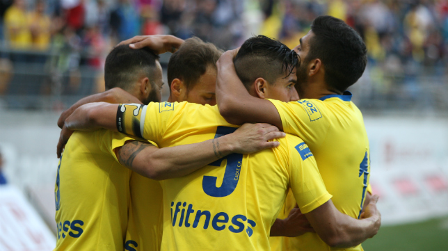 Josete celebra un gol deL Cádiz CF con sus compañeros