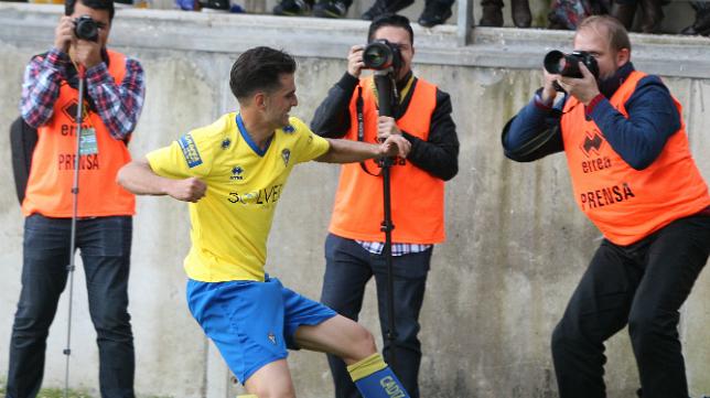 Juan Villar celebra el primer gol ante el Almería B.