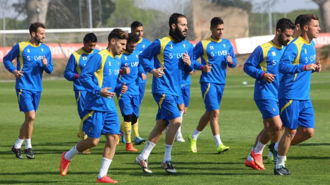 Los futbolistas del Cádiz CF se ejercitan en El Rosal.