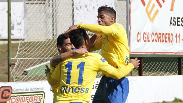 Tomás, Hugo y Kike celebran el gol de la victoria ante el Cacereño la pasada temporada. La cita fue arbitrada por Villoria Linacero.