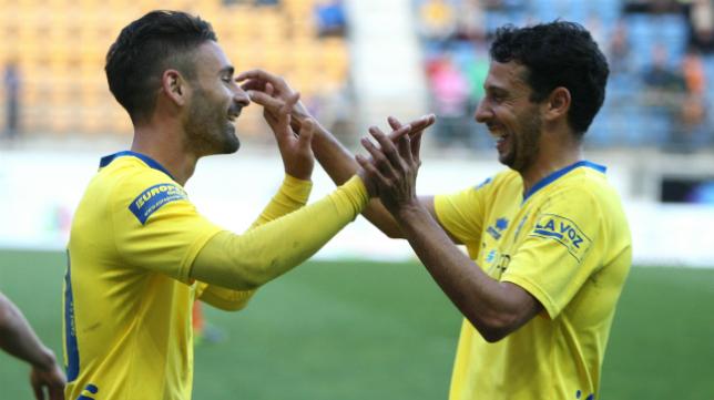 Kike y Mantecón celebran un gol