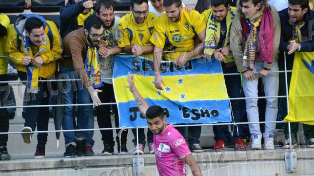 El futbolista del cádiz CF Jona saluda a los aficionados cadistas en Lepe.
