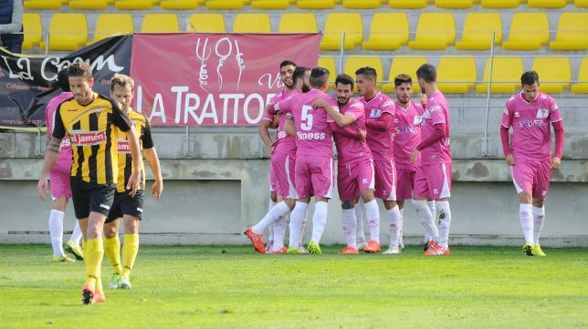 Los jugadores del Cádiz celebran uno de los goles que les daba la victoria ante el San Roque.