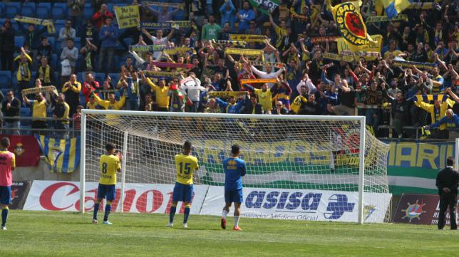 Los jugadores saludan a la afición tras la derrota ante el Sevilla Atlético.