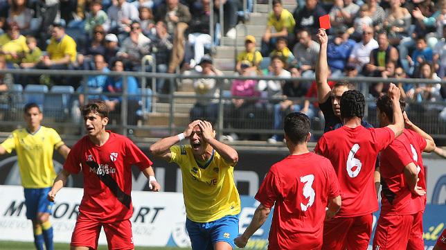 Airam se echa las manos a la cabeza tras ser expulsado por Cuadra Fernández.