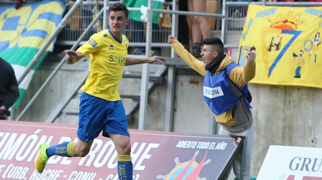 Villar celebra el primer gol ante el San Roque de Lepe en Carranza
