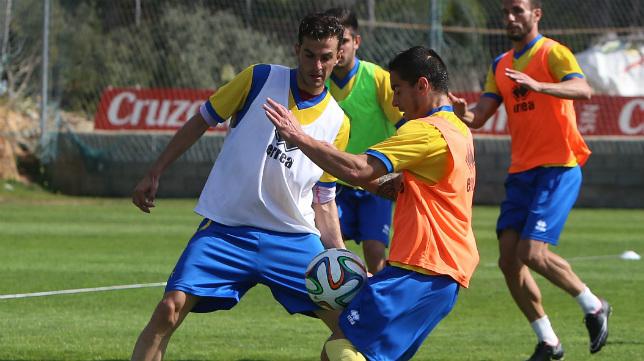 Tomás y Villar disputan un balón en un entrenamiento en El Rosal.
