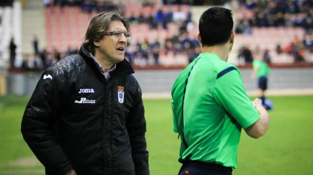 Sergio Egea, entrenador del Oviedo, da instrucciones en la banda.