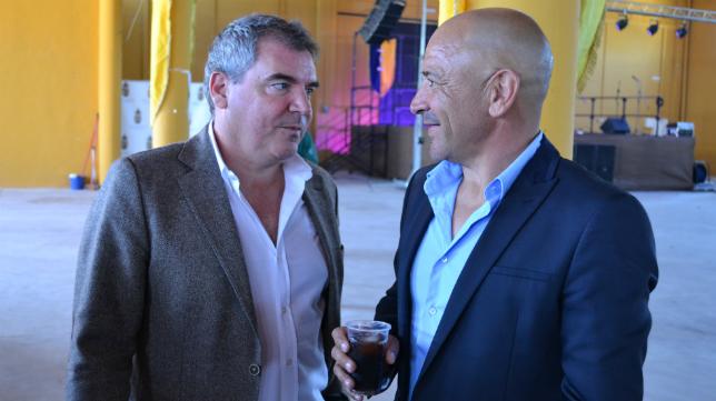 Vizcaíno y Claudio, conversando durante la convivencia cadista en Medina.