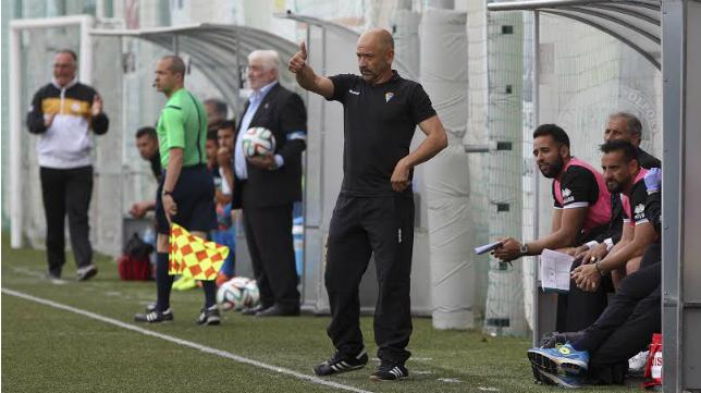 Claudio da instrucciones en el partido ante El Palo