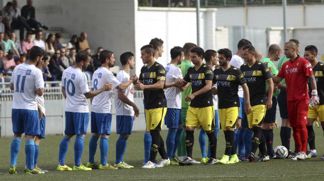 Los jugadores del Cádiz CF y del CD El Palo antes de comenzar el partido