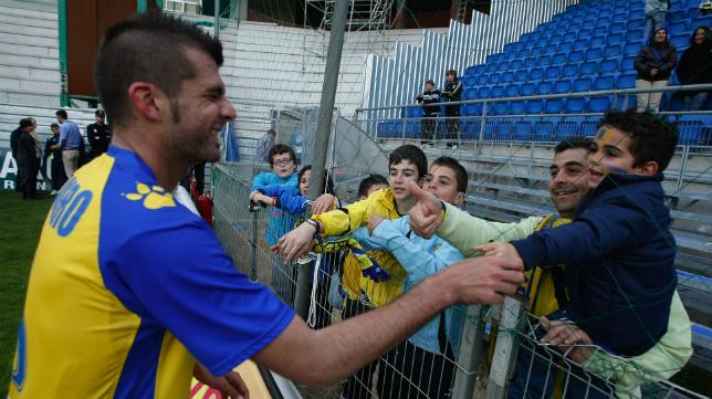 Pedro Baquero saluda a un joven aficionado en el Ramón de Carranza.