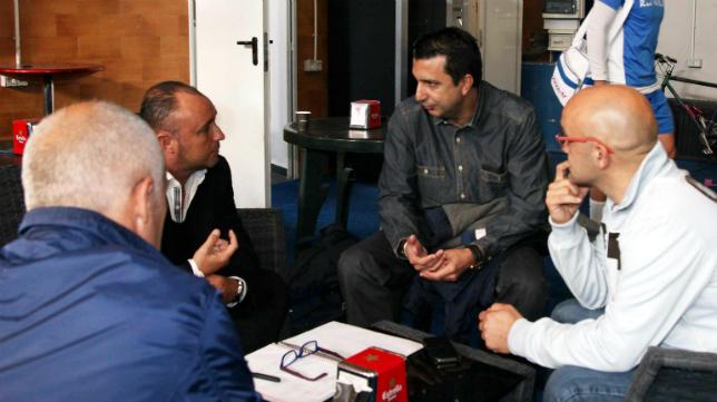José Manuel Barla dialoga con el exentrenador del Real Avilés, Yosu Uribe.