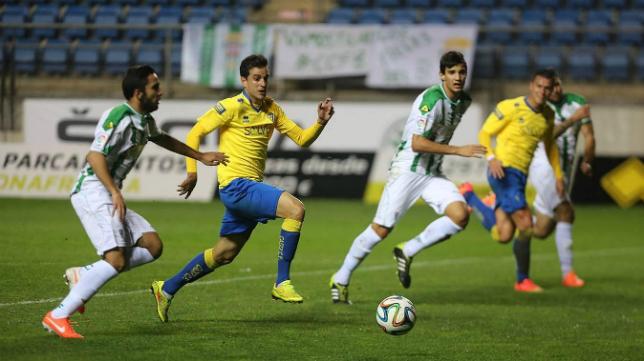 Juan Villar disputa un balón con jugadores del Córdoba B en Carranza