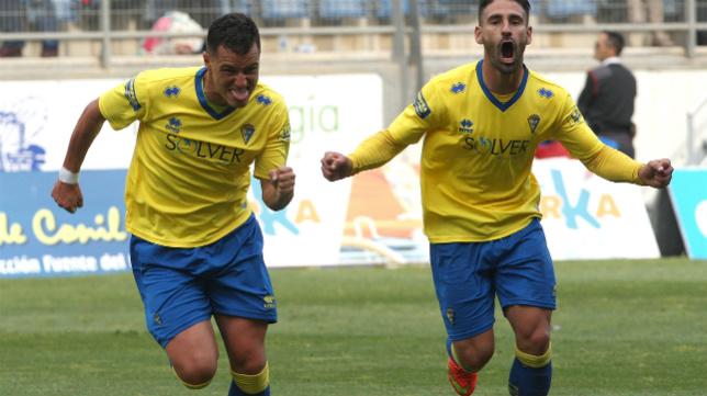Airam y Kike Márquez celebran un gol en Carranza