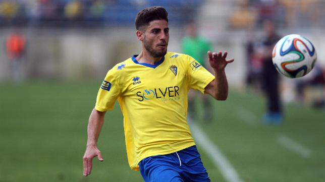 Juanma Espinosa conduce el balón.