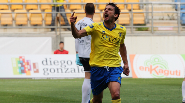 Mantecón celebra el gol del empate del Cádiz CF.