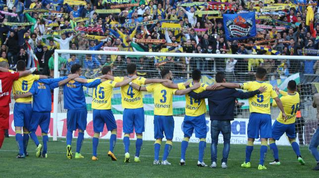 Los jugadores festejan el campeonato junto a la afición.