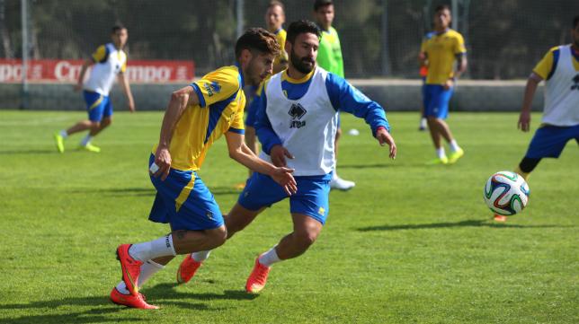 Espinosa lucha por el balón con Kike Márquez en el entrenamiento.