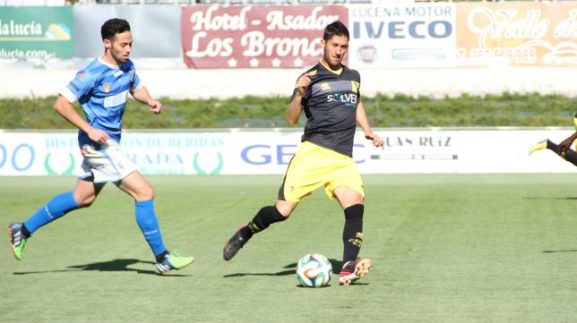 Fran Machado conduce el balón.