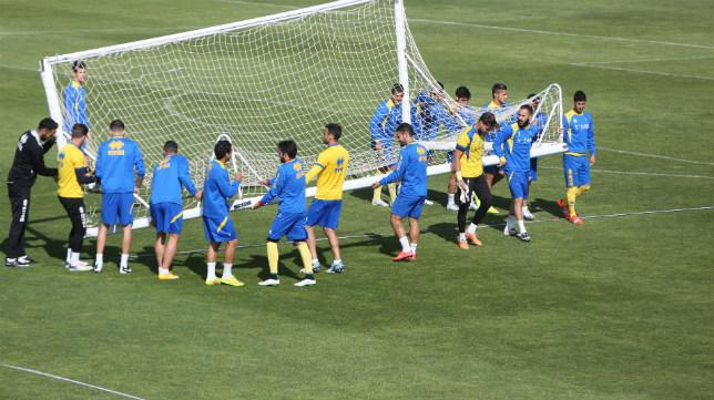 La plantilla del Cádiz CF mueve una portería en El Rosal.