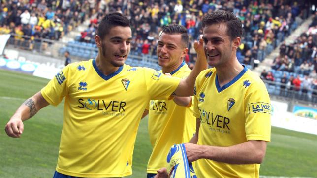 Villar recibe las felicitaciones de sus compañeros Tomás y Airam.