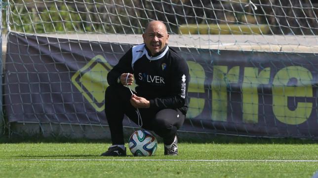 Claudio Barragán, entrenador del Cádiz CF, durante un entrenamiento en El Rosal.