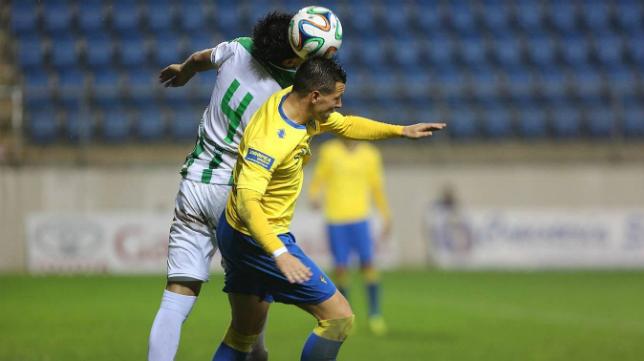 Airam pelea con un jugador del Córdoba B en el partido de Carranza