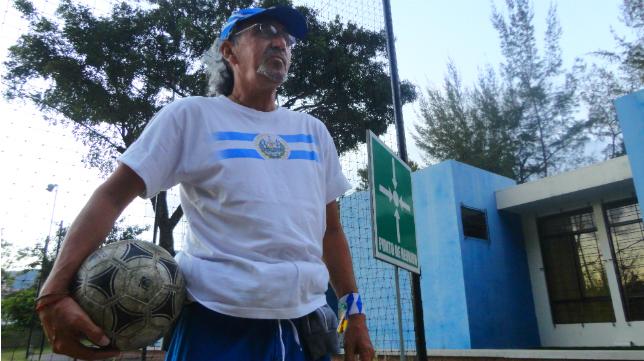 Mágico González posa para la entrevista en El Salvador.