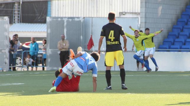 Servando contempla la celebración de un gol del Lucena