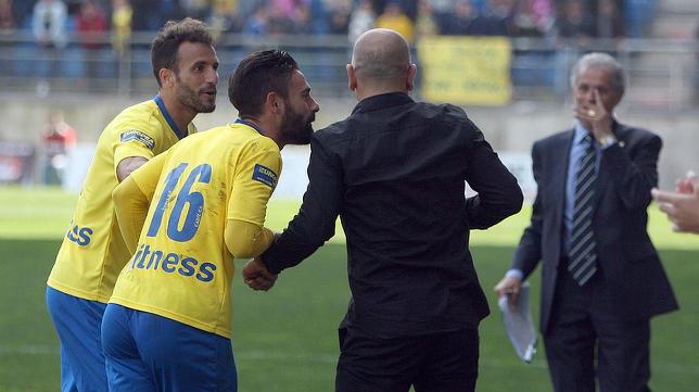 Kike Márquez habla con Claudio en un partido
