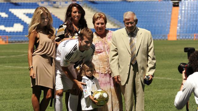 Rafael Van der Vaart es un futbolista muy familiar, y en la presentación con el Real Madrid posó con su familia materna.