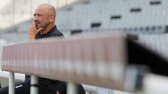 Claudio contempla a su equipo desde el banquillo