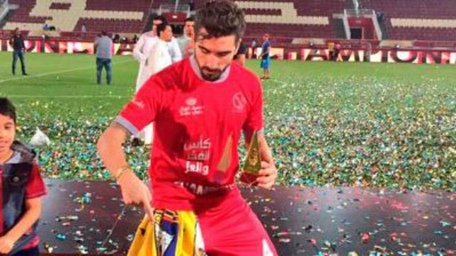 Chico Flores posa con su bufanda del Cádiz CF.