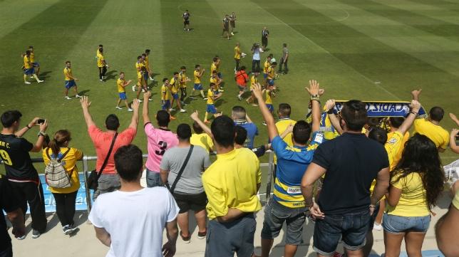 Los jugadores del Cádiz CF fueron arropados por sus seguidores en El Rosal
