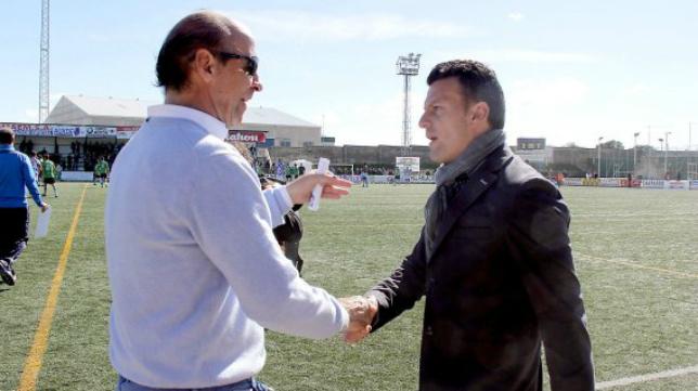 Ángel Márcos, míster del Cacereño, saluda a Pato, técnico del Arroyo