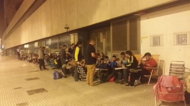 Muchos aficionados pasaron la noche en las taquillas de Carranza