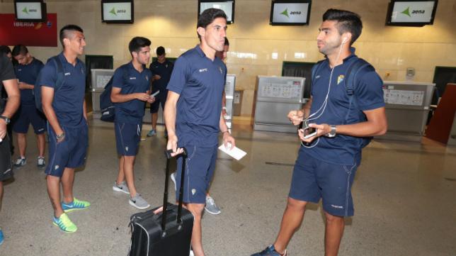 Los jugadores del Cádiz CF, antes de volar a Asturias.