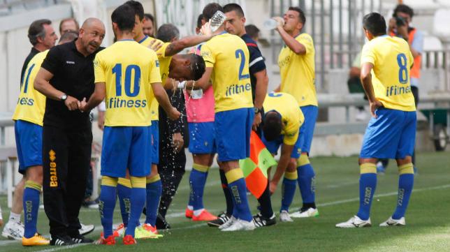 Claudio da instrucciones en un momento del partido, que se detuvo para que se refrescasen los equipos.
