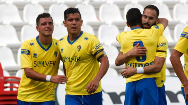 Airam y Josete celebran el gol del canario que cerraba el marcador en Córdoba.
