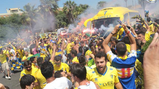 Los cadistas llevaron el autobús de su equipo en volandas hacia Carranza en el partido ante el Oviedo.
