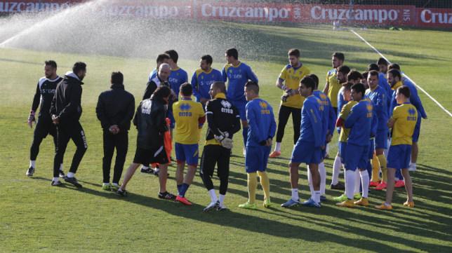 La anterior plantilla del Cádiz CF en un entrenamiento en El Rosal